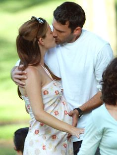 I just love this pic of Jennifer Garner and Ben Affleck. This is from her first pregnancy I think I just like the way he has his hand on her belly :) Hollywood Couples, Celebrity Couples, Celebrity Babies, Matthew Mcconaughey Sandra Bullock, Ben And Jennifer, Jennifer Garner Ben Affleck, Divas, Casey Affleck, Famous Couples