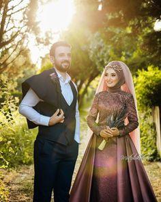 Görüntünün olası içeriği: 2 kişi, ayakta duran ins Muslimah Wedding Dress, Muslim Wedding Dresses, White Wedding Dresses, Wedding Outfits, Bridal Hijab, Wedding Hijab, Bridal Mehndi, Hijab Dress Party, Beaded Wedding Gowns