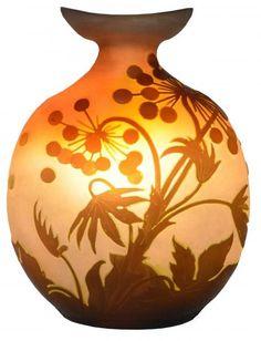 Emile Galle. Vaso francês Art Noveau, cerca de 1900 em cameo glass de formato ovalado, decorado com uvas e folhas de parreiras em tom de ocre esverdeado sobre fundo âmbar. Assinado. Alt. 34 cm