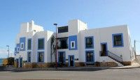 Las fachadas de Puerto Lajas se visten de blanco y azul