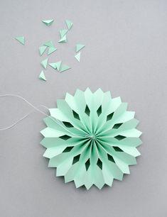 Новогодние игрушки из цветной бумаги своими руками: объемные снежинки