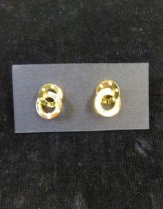 Pendiente con doble anillas en dorado.
