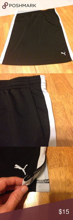 """PUMA Work Out/Tennis Skirt (Excellent Condition) PUMA Work-out/Tennis Skirt (Excellent Condition. Black w/grey side panels. 3 1/2 inch side splits. Pockets. Elastic waist w/drawstring. Waist 34"""" (not cinched up) Hips 40 1-2"""" Length 21 1/2"""". Polyester (slick outside/velour inside) Puma Skirts"""