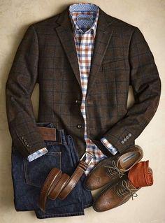 Combo social com blazer marrom, camisa xadrez, calça jeans e sapato marrom.