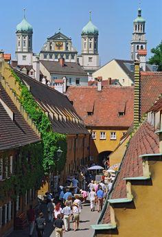 Augsburg, Fuggerei mit Blick auf Rathaus