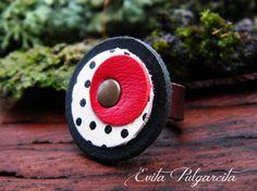 Anillo de cuero / Ring leather/ Ring leder. Design by Evita Pulgarcita. You can visit my virtual store http://artesanio.com/shop/section/10104?shop_slug=evita-pulgarcita&section_slug=anillos-de-cuero