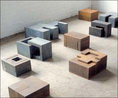 """Exposition """" La face cachée """" à la galerie Maubert : les sculptures de Joachim Bandau se révèlent à la fois mobiles, anthropomorphes."""