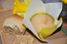 Langsam kann man schon mal das eine oder andere Rezept fürs Osterfrühstück testen. Den Anfang machen wir mit süßen Hefebrötchen oder auch Brioche. Wir haben Kokosblütenzucker und Olivenöl im Teig v…