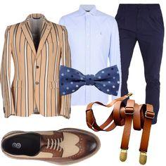 Tendenza hipster con la giacca beige a righe irregolari e taglio sciancrato. La camicia oxford azzurro chiaro è un classico con il pantalone blu slim fit dalla gamba stretta. Completano il look il papillon a pois, le bretelle in cuoio, e le stringate bicolore.