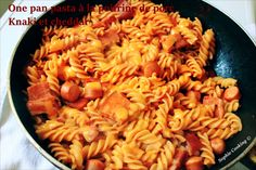 One pot pasta à la sauce tomate, poitrine de porc/knacki et cheddar