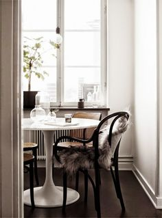 Bentwood chairs and tulip table Dining Room Inspiration, Home Decor Inspiration, Design Inspiration, Bentwood Chairs, Wooden Chairs, Estilo Retro, Scandinavian Home, Apartment Living, Apartment Therapy