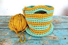 Os enseño una de las cestas que he hecho este verano con trapillo, una tira de algodón gustosísima y muy fácil de trabajar, los ovillos lo...