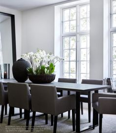 Modern classy dining table with statement making bouquet decor Dining Room Design, Dining Room Table, Kitchen Interior, Home And Living, Interior Inspiration, Sweet Home, Room Decor, House Design, Interior Design