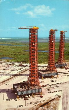 above the ground, used to assemble Apollo—Saturn vehicles. Us Space Program, Apollo Space Program, Programa Apollo, Constellations, Apollo Missions, Nasa History, Astronauts In Space, Kennedy Space Center, Space Race