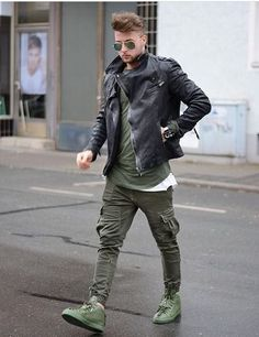 Men's leather jackets can be a crucial part of each and every man's set of clothing. Men will need outdoor jackets for a number of occasions as well as some climate conditions. Men's Jacket Value. Trill Fashion, Fashion Mode, Dope Fashion, Urban Fashion, Swag Fashion, Street Fashion, Womens Fashion, Style Kaki, Men Looks