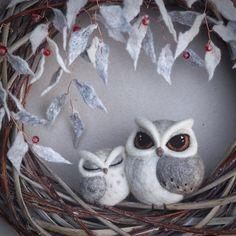needle felted owl - owl family - by TheLadyMoth on Etsy Felt Owls, Felt Birds, Felt Animals, Needle Felted Owl, Owl Family, Felt Wreath, Needle Felting Tutorials, Owl Crafts, Wet Felting