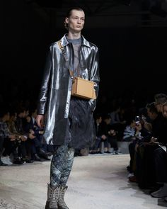 A look from the Louis Vuitton Fall-Winter 2018 Fashion Show by Kim Jones. See all the looks now at louisvuitton.com. Fashion Show, Mens Fashion, Fashion Trends, Winter 2018 Fashion, Mens Fall, Winter Trends, Fall Winter, Louis Vuitton, Speakers