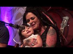 Na het indrukwekkende optreden van Dilana Smith wilde haar dochter (River) ook heel graag in de spotlights staan. Ze zong 2 kinderliedjes, 'Wheels on the bus...
