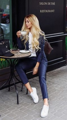 Best Women Outfits To Go For Coffee Drink With Friends - The Best Casual Clothes Are Those That Look Easy Autumn Is A Favorite Choice To Go Out To Drink Coffee With Friends Maybe Because Of The Beautiful Background And Cool And Comfortable Weather Casual Cozy Winter Outfits, Fall Outfits, Casual Outfits, Casual Clothes, Karen Elson, Morning Girl, Coffee Aroma, Pause Café, Flapper