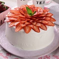 No bake strawberry cake Strawberry Crepes, Baked Strawberries, Flan, Peruvian Desserts, Cake Recipes, Dessert Recipes, Crepe Cake, Birthday Cake Decorating, Sweet Cakes