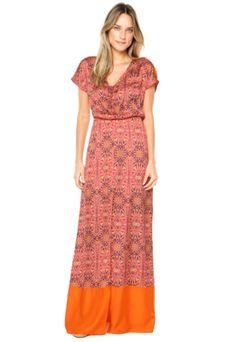 O Vestido Sommer Fendas laranja possui fendas, mix de estampas, recortes em tecido diferenciado e tag metalizada da marca. Modelagem ampla com elástico na linha da cintura, mangas curtas e decote arredondado com tira de ajusteConfeccionado em tecido plano de caimento leve. Medidas da Modelo - Altura: 1,77m / Busto: 77cm / Cintura: 60cm / Quadril: 90cmManga: 22cm/ Busto: 100cm/ Comprimento: 158cm Tamanho: P.