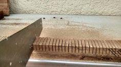 Detalhe dos cortes feitos com o serrote na parte frontal do brado da Cigar Box Guitar