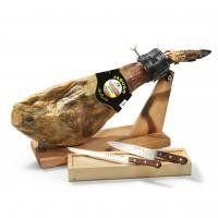 """Das """"Schinken-Set Bellota"""" beinhaltet den sagenumwogenen Klassiker der spanischen Küche, einen ganzen Pata-Negra-Schinken aus Eichelmast (jamón ibérico de bellota) sowie ein dekoratives Holzgestell (jamonera) und ein Messer-Set (jamonero), um den Schinken fachmännisch einzuspannen, aufzuschneiden und natürlich zu genießen. Der Schinken ist ein hochwertiger, reiner Ibérico-Hinterschinken aus Eichelfütterung (jamón ibérico de bellota). Dieser """"Pata Negra""""-Schinken aus der renommierten Schink…"""