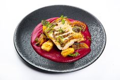 Z aktuálního menu v La Rotonde restaurant v Alcron Hotel Prague Restaurant Guide, Prague, Thai Red Curry, Menu, Spaces, Ethnic Recipes, Food, Fine Dining, Menu Board Design