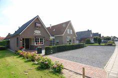 Koningsweg 59-59a te Puiflijk.  Vraagprijs €425.000,- Centraal wonen in het Land van Maas en Waal in een karakteristiek jaren '30 pand op een royale kavel van maar liefst ruim 800 m² biedt dit woonhuis met aangebouwde multifunctionele bedrijfsruimte.