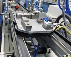 The uses transfer plates or product carriers to move component assemblies from one workstation to the next. Because the drive motor is integrated into the shaft, the system saves space by eliminating external drive motors. Montage, Space Saving, Motors, Connection, Workshop, English, Plates, Protractor, Transportation