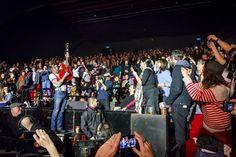 """""""Prenons un instant pour nous souvenir"""". Trois mois après la tragédie du Bataclan les Eagles of Death Metal ont fait leur retour mardi soir à Paris sur la scène de L'Olympia pour un show placé sous haute sécurité et chargé d'émotion pour le groupe et ses fans. Pendant près de deux heures les """"EODM"""" ont affiché une pure """"rock'n'roll attitude"""" à base de longs solos de batteries lourdes avec en prime une guitare brisée sur la scène et une émouvante échappée dans le public pour le chanteur en…"""
