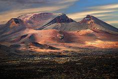 Parque Nacional de Timanfaya. Het indrukwekkende lavagebied bezoeken kan per bus, op een dromedaris of (alleen op aanvraag twee maanden vooraf) met gids te voet. Bij het bezoekerscentrum laten de gidsen zien dat er nog steeds vulkaanactiviteit is en in het bijbehorende restaurant