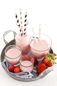 Strawberry and banana smoothie 250 grams of strawberries 1 banana 250 ml of milk 150 ml of yogurt 1 tablespoon honey