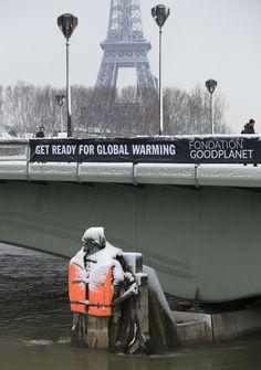 http://radiocomercial.iol.pt/noticias/76142/paris-imagens-da-cidade-da-neve