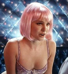 "Natalie Portman in ""Closer"", directed by Mike Nichols. Natalie Portman Closer, Natalie Portman Sexy, Natalie Portman Movies, Girl Bad, Foto Glamour, Take Her Clothes Off, Nathalie Portman, Pink Wig, Aesthetic Vintage"