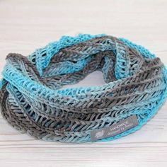 Free pattern: Knit loop scarf for women This great, airy loop scarf looks very fashionable and is knitted in the round. The gradient yarn p Simply Knitting, Knitting Blogs, Easy Knitting, Knitting Patterns Free, Free Pattern, Knitting Socks, Tricot Simple, Diy Mode, Manta Crochet