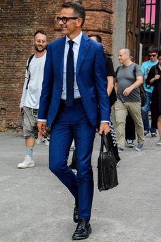 ビジネスマンなら、オンは基本スーツという方が多いですよね。でもスーツでオシャレを発揮するのは難しい!!と感じている方も多いのではないでしょうか?日本人に特に似合うとされる、ネイビースーツのオシャレな着こなしを紹介していきます!!!