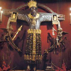 'Il Volto Santo' - Kreuz, 12. Jahrhundert, im Sankt Martins-Dom in Lucca, hier mit kostbaren Votivgaben geschmückt - das missverstandene Kreuz, das sich mit der Legende der heiligen Kümmernis verbunden hat