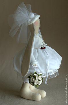 Зайка Julia. Зайка Julia - будущая миссис. Эта зайчишка делалась в паре с зайцем Denis www.livemaster.ru/item/4070727-kukly-igrushki-zayats-denis. Этих зайчат я хотела сделать не просто свадебной парой, олицетворяющих жениха и невесту, а милыми, не скучными,…