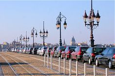 Bordeaux file d'automobiles sur le pont de pierre