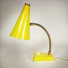 Adorable lampe de chevet  d'un jaune pimpant.