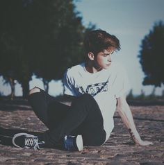 Lie under the sun, bask in the warmth, feel the heart beat. Portrait Photography Poses, Photography Poses For Men, Tumblr Photography, Photo Poses For Boy, Boy Poses, Male Models Poses, Male Poses, Men Photoshoot, Vans Outfit