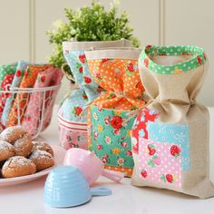 Teacher's gift @ Down Grapevine Lane - sweet pouches with amaretti biscuits Fabric Art, Fabric Design, Craft Projects, Craft Ideas, Fabric Patterns, Grape Vines, Teacher Gifts, Quilts, Amaretti Biscuits