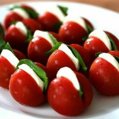 Cherry tomato stuffed with mozzarella slice & basil Mit Mozzarellascheibe & Basilikum gefüllte Kirschtomate Make Ahead Christmas Appetizers, Appetizers For Party, Appetizer Recipes, Healthy Snacks, Healthy Recipes, Meat Recipes, Food Decoration, Garden Decorations, Appetisers