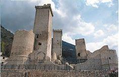 il castello dei Caldora a Pacentro, provincia dell'Aquila, Abruzzo. 42°03′05″N 13°59′33″E