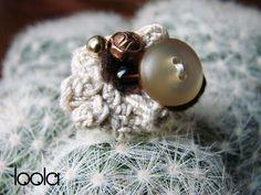 anello all'uncinetto, bottoni e perline
