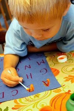 Art therapy activities for children Tot School/Preschool Activity Need help recognizing and writing the alphabet How about your childs name Here is a perfect activity! Toddler Play, Toddler Learning, Preschool Learning, Toddler Preschool, Early Learning, Preschool Crafts, Fun Learning, Teaching, Infant Activities