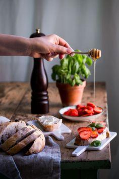 En Möhippa & en Surdegssmörgås med Jordgubbar, Basilika, Honung & Svartpeppar :: A Bachelorette Party & a Sourdough Sandwich with Strawberries, Honey, Basil & Black Pepper