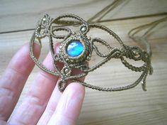 Tiara de la boda Bohemia de macrame. Tiara de Labradorita azul