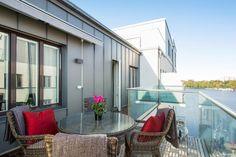 Högst upp i fastigheten finner du denna toppfräscha fyra med moderna och eleganta materialval. Penthouse känsla med svårslagen utsikt över takåsar och...